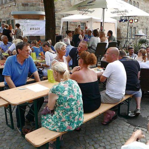 Live-Musik im Biergarten des Restaurants Hirsch